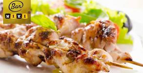 Салата, пилешка пържола и картофки, плато с пилешко месце или плато с мезета с бутилка вино