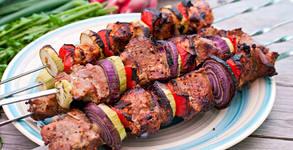 3кг Юнашко плато с пилешко и свинско месце на скара, картофки на плоча и сосчета
