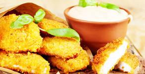 1.2кг пилешки филенца със сусам и корнфлейкс, пикантни пържени картофки и млечен чеснов сос