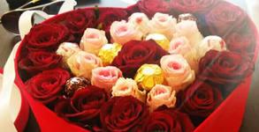 Луксозна картонена кутия с естествени червени рози и бонбони Ferrero Rocher
