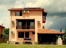 Семеен хотел Къщата с клюкарника