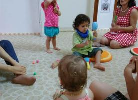 Уча и играя с Мама и Ежко