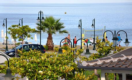 През Април, Май или Юни в Гърция! 2 или 3 нощувки за двама, трима или четирима - в Неа Врасна, на 20м от плажа