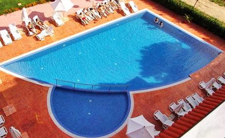 Ранно или късно лято в Слънчев бряг! 2 нощувки за двама в луксозно студио, плюс басейн