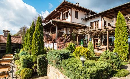 Релакс в Еленския Балкан! Нощувка със закуска, обяд и вечеря, плюс ползване на открити басейни - в Елена