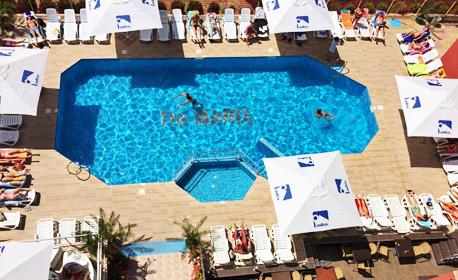 Цяло лято в Слънчев бряг! 2 или 3 нощувки, плюс басейн, шезлонг, чадър и паркинг - на 250 метра от плажа