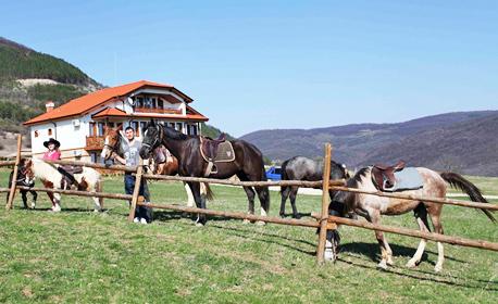 Релакс край Севлиево! 2, 3, 5 или 7 нощувки със закуски и вечери, плюс конна езда, в с. Кормянско