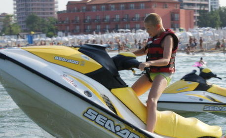 Морско забавление в Бургас! Каране на джет или екстремна разходка на банан или ринг