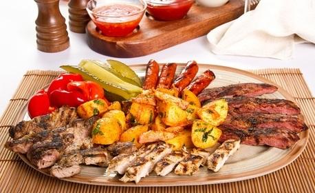1310гр плато с панирани пилешки хапки и крилца на скара, свински вратни флейки, картофени ноазети и чеснов сос