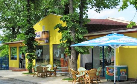 Късно лято в Кранево! Нощувка със закуска, обяд и вечеря за двама или четирима, плюс басейн