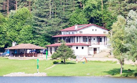 Почивка в Еленски балкан - на брега на язовир Палици! Нощувка със закуска и вечеря за до четирима