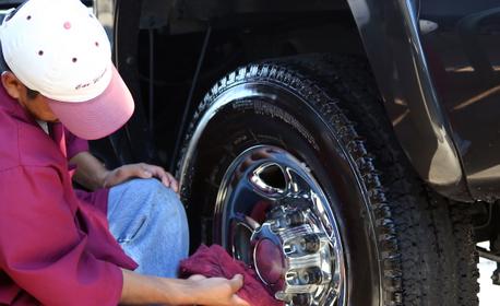 Измиване на лек автомобил, плюс нанасяне на 3D вакса и намазване на гумите със силикон