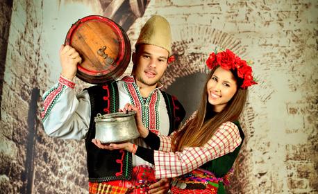 Фотосесия за двама с автентични български костюми - в единственото ретро фото в Пловдив