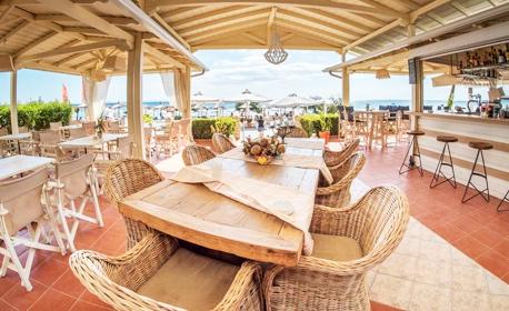 През Юни и Септември на Халкидики! 2 или 3 нощувки със закуски за до четирима - на 20м от плажа в Никити