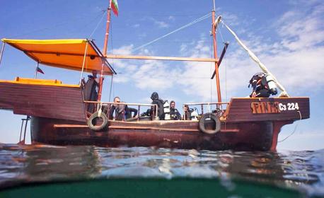 С лодка до остров Свети Иван! 3 часа морска разходка, плюс пикник с миди, чаша бяло вино и салата