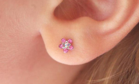 Пробиване на уши, плюс американски медицински обици с антиалергично покритие