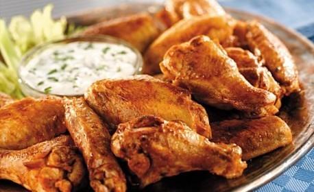 Плата по избор от рибени пръчици или гриловани пилешки крилца, плюс пържени картофки