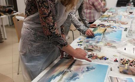 3 часа рисуване със сух пастел с напътствия от художник, плюс чаша вино