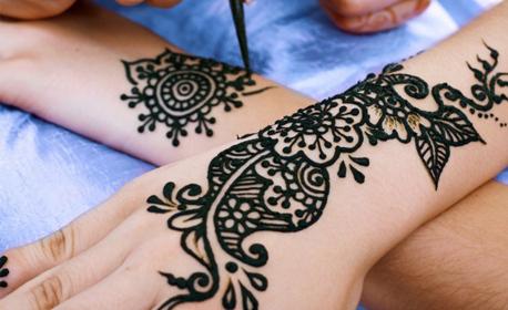 Временна татуировка с натурална къна, маникюр с гел лак и 2 декорации, или педикюр