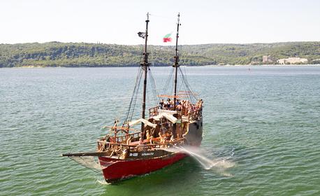 60-минутна разходка с пиратска шхуна Арабела във Варненския залив, плюс напитки - на 15 Август