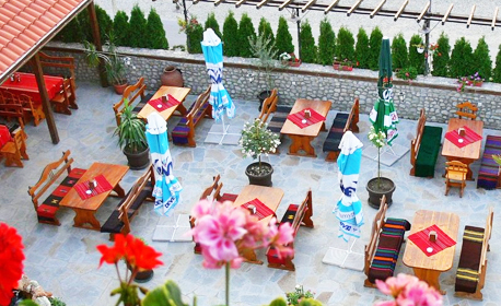 През Август в Сандански! Нощувка със закуска и възможност за вечеря - за двама или трима