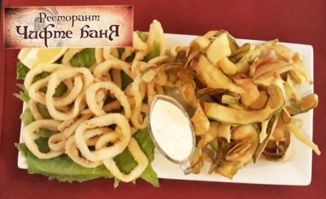 Хрупкави пържени калмари, чипс от тиквички и сос