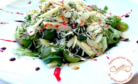 Зелена салата с грозде, пилешки хапки с бейби царевица или домашна торта, сок от бъз и кафе