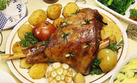 Печен свински джолан, плюс задушени картофки за вкъщи