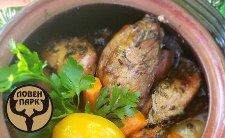 2.5кг хапване! Задушено свинско месо със зеленчуци в гърне, плюс бонус - кана червено вино