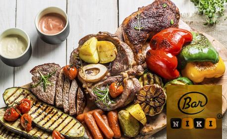 1.65кг плато със свинска и пилешки пържола, наденица, крилца, картофени шайби и бутилка вино