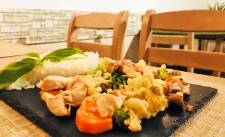 Куверт със салата, основно ястие и десерт