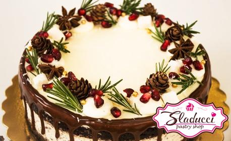 Сладко изкушение на трапезата! Коледна торта с празнична декорация