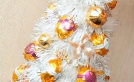 Бутилка пенливо вино, декорирана с бонбони, във вид на елха - без или със картичка с послание