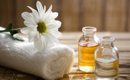 Релаксиращ масаж на гръб с топла ароматна свещ от благоуханни масла