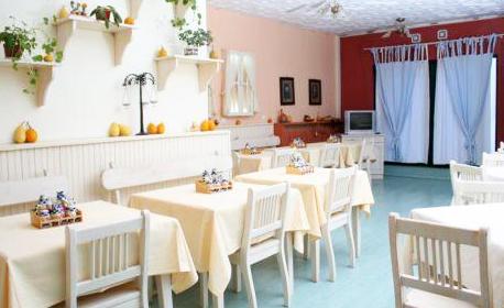 Почивка за двама край Костенец! Нощувка със закуска и вечеря, плюс басейни с минерална вода и сауна - в с. Пчелин