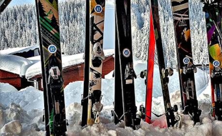Зимни приключения в Пампорово! Наем на ски или сноуборд оборудване за 1 ден