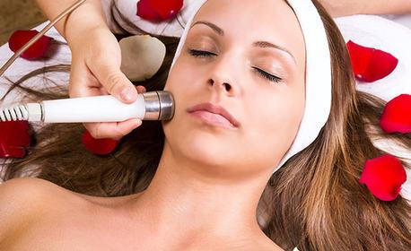 Диамантено микродермабразио на лице, плюс двуфазна терапия на околоочен контур и алгинатна маска