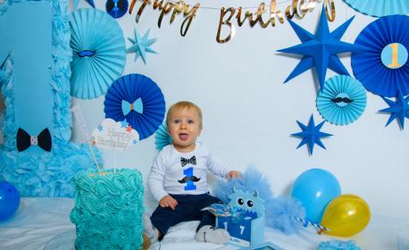Студийна фотосесия за рожден ден с 10 обработени кадъра или всички сполучливи кадри, плюс ползване на 1 или 2 декора