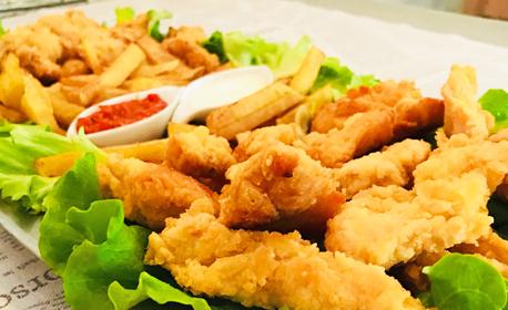 Апетитно плато с панирани хапки от пилешко и свинско месце, пържени картофки и 2 вида сос