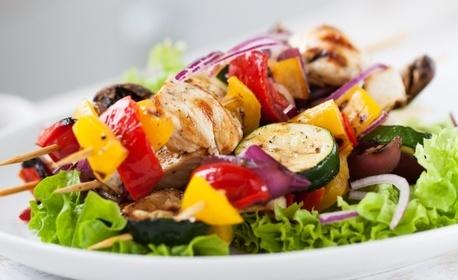 Комбо меню за двама за вкъщи - картофи, пилешки шиш, хайдушка наденица и мешана салата