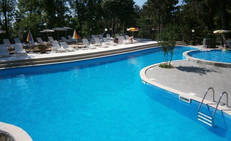 Релакс в Златни пясъци! 3 или 5 нощувки на база All Inclusive за до четирима, плюс външен басейн и паркинг