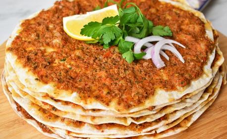 3 броя Лахмаджун или Адана или Урфа искендер кебап, плюс пържени картофки и сезонна салата