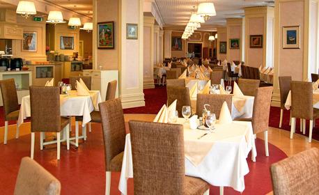 SPA уикенд в Хисаря! Нощувка със закуска и вечеря за един или двама, плюс басейни с минерална вода и релакс център