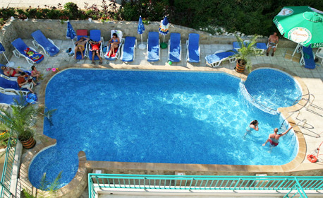 Лято в Приморско - на 100м от плажа! Нощувка със закуска за двама или трима, плюс басейн и паркинг