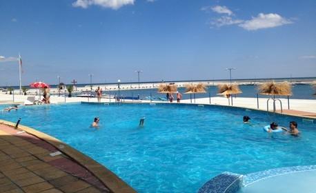 Почивка в Поморие през Август! 3, 4 или 5 нощувки, плюс басейн с морска водa и процедури