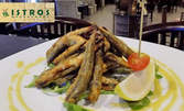 Средиземноморски вкус! Порция пържена риба гаврос