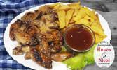 1.4кг плато с панирани глазирани крилца със сусам, пресни пържени картофки и сос барбекю