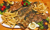 Цял килограм плато със свински пържоли, ребра и пържени картофки
