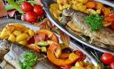 Вкусно плато за двама! Прясна пържена бяла риба с 2 вида гарнитури по избор, плюс 2 чаши вино