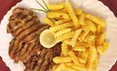 Гръцка салата, свински вратни пържолки на скара и пържени картофки